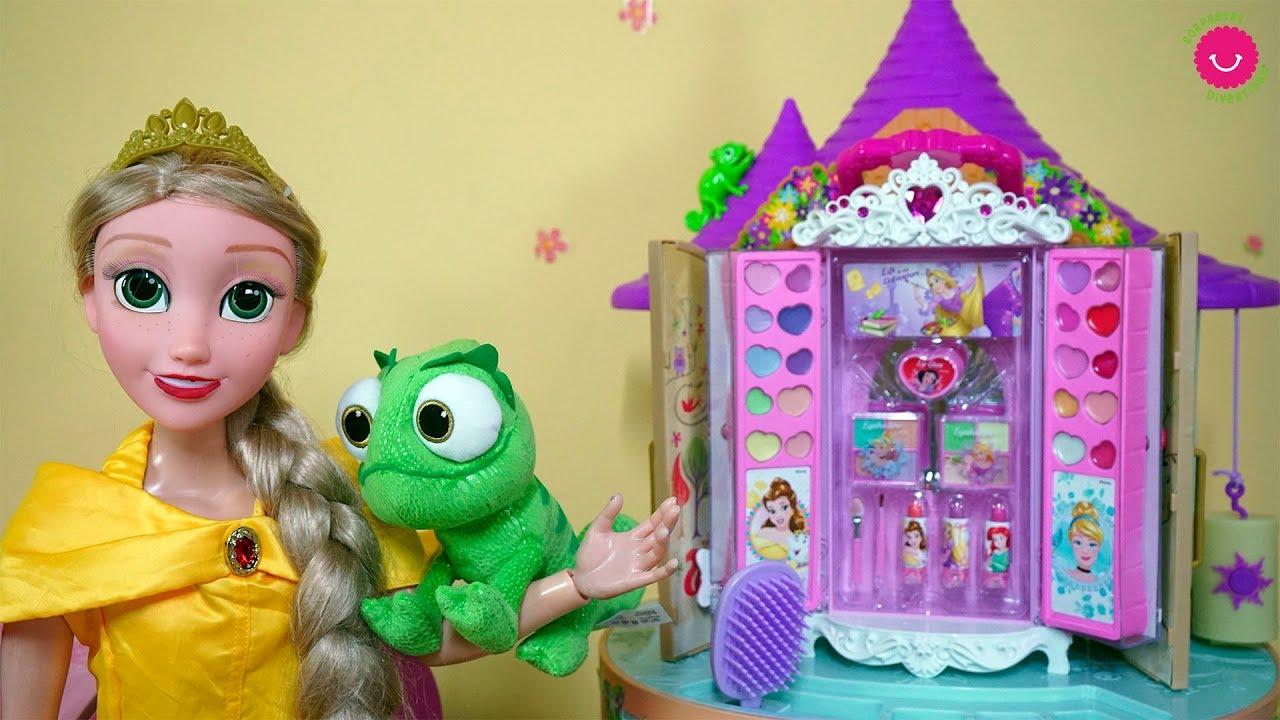 La muñeca Rapunzel grande juega con el maquillaje de juguete