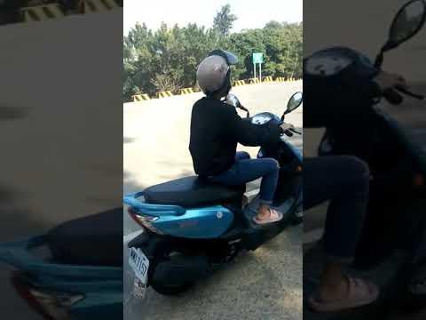 女兒初體驗學騎機車 - YouTube