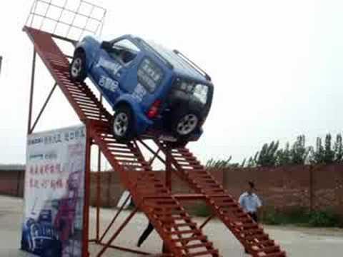 吉姆尼 挑战越野极限 攀爬45度钢梯