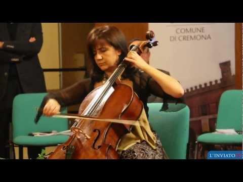 """L'esibizione della violoncellista Silvia Chiesa per l'apertura della mostra """"Donna è sport"""""""