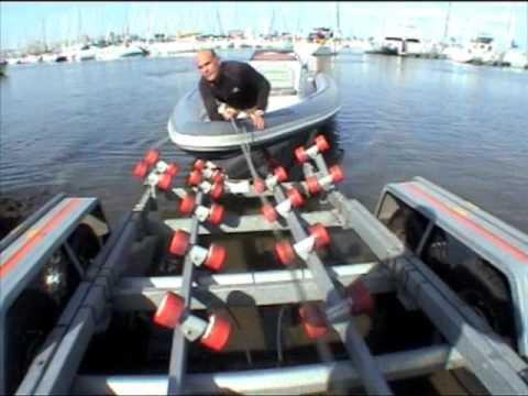 Mise l 39 eau et sortie revenger 29 sur remorque youtube - Treuil electrique bateau ...