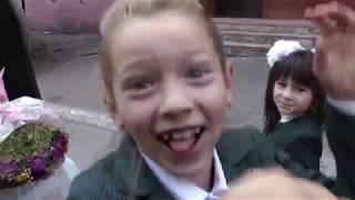 Первое сентября у Котенка. Идем в школу вместе с подружкой.  Дурачимся. Школа, школа. Первый звонок.