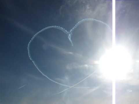 """Máy bay Nhật Bản vẽ """"Mũi tên đâm Trái tim"""""""