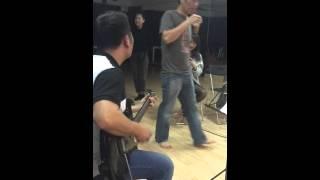 Bằng Kiều chơi guitar phiêu cùng Nhật Thuỷ