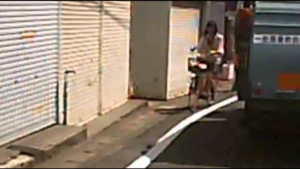 女子高生~左側通行を守っていれば・・・ ドラレコ - YouTube