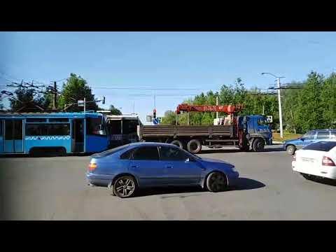 Манипулятор буксирует трамвай