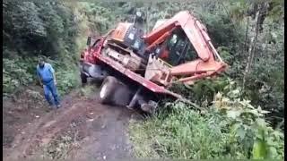 Accidente de trabajo.Gandola o trailer se desliza por pendiente condo transportaba maquinaria pesada