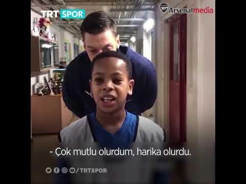 Mesut Özil, Tribündeki Minik Bir Hayranına Sürpriz Yaptı