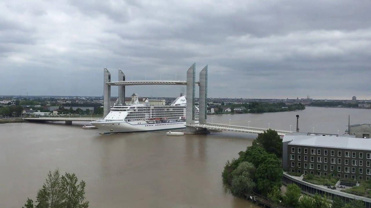 Le paquebot seven seas passe sous le pont chaban delmas bordeaux le 4 juin - Le pont levant de bordeaux ...