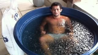 Jussier Formiga fazendo Crioterapia com Jollyson e Jorjão (10/03/12)