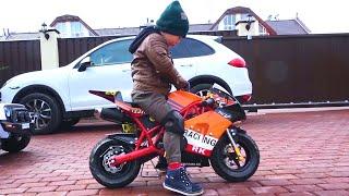 مجموعة من القصص عن سينيا وسياراته ودراجاته النارية.