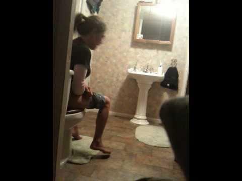 maedchen-auf-der-toilette-bilder-gefangen-kleine-teenie-titten-zusammendruecken