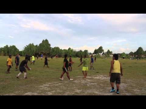 Tuvalu Funafuti Entraînement de rugby sur la piste de l'aéroport / Tuvalu Funafuti Rugby playing
