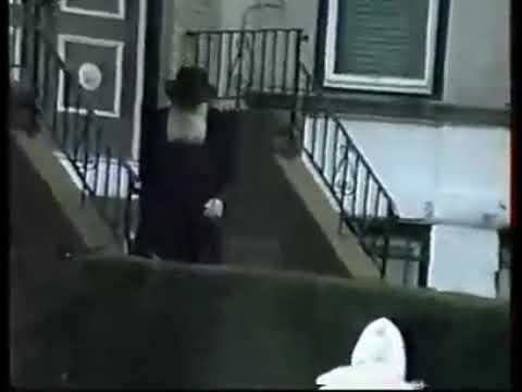 וידאו נדיר: הרבי מלובביץ מחלק מטבעות ברכה בצאתו מהמקווה Eastern Parkway 770