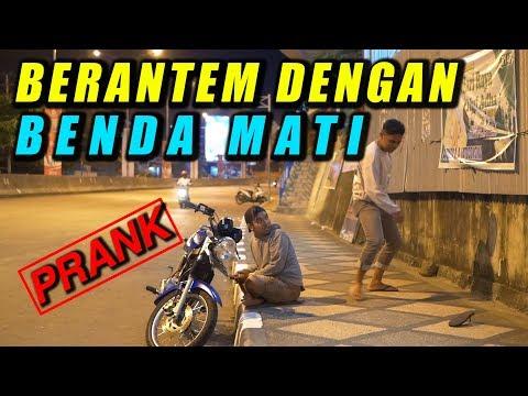 NGAKAK BERANTEM SAMA BENDA MATI DEPAN ORANG GA DI KENAL - PRANK INDONESIA
