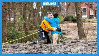 Xino (11) zat muurvast in de modder