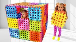 Diana e Roma brincam com blocos de brinquedo