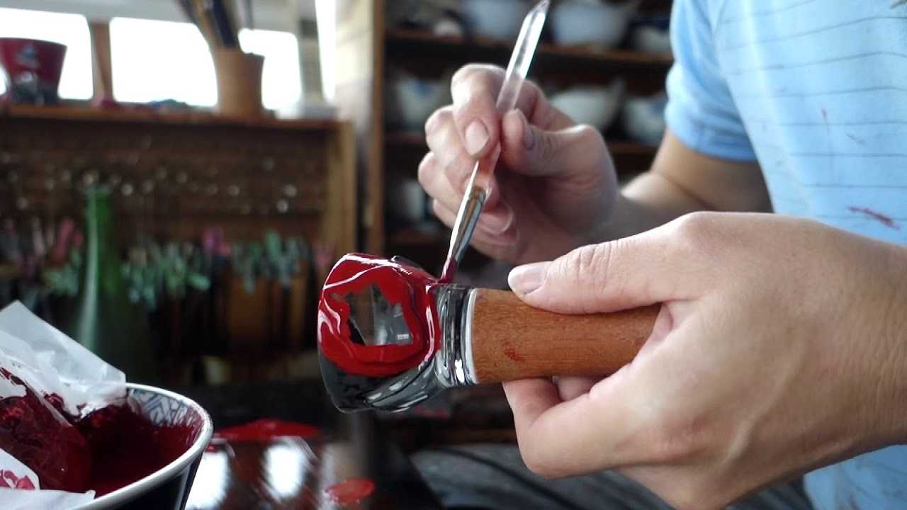 漆とガラス欠片の酒器『包』制作中の様子