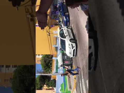 Individuo por las calles de Algeciras a pleno día interrumpiendo el tráfico