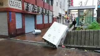 【台風21号】 強風で押し出されて転倒するガチャポン 台風21号被害状況大阪 2018年9月4日 ガシャポン
