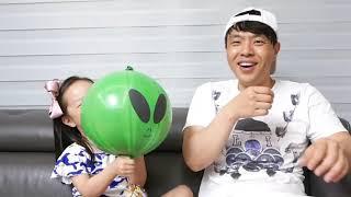 Lighting Alien Balloon play with Papa