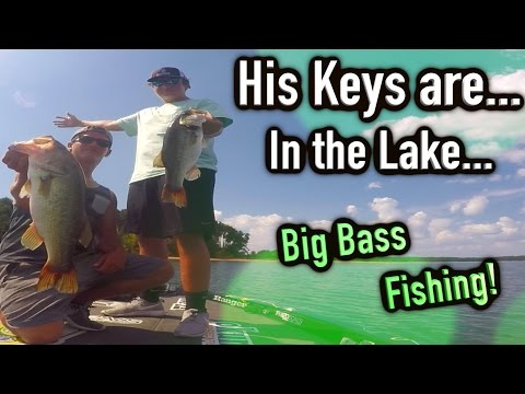 Catching Big Bass - Lost his keys in the lake! Lake Hartwell Bass Fishing