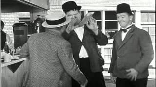 Dick und Doof - Seemannslos gehen vor Anker