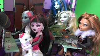 Дракулауру ЗАСМЕЯЛИ в Школе Монстров Кошка Барби Мультфильм Игрушки Куклы на русском