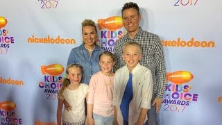 what-s-inside-attends-2017-nickelodeon-kid-s-choice-awards-orange-carpet