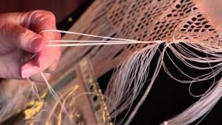 Husflidsteknikken firfletting vist av Torhild Aavik(Torhild Aavik i Bø i Telemark er ei av få vi kjenner til som driv med firfletting. Ein gamal håndverksteknikk med røter tilbake til vikingtida, som er i ferd med å ..., 2014-09-05T08:16:41.000Z)