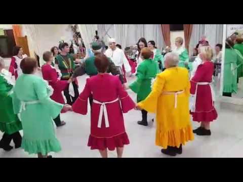 Яркие костюмы и самобытные танцы