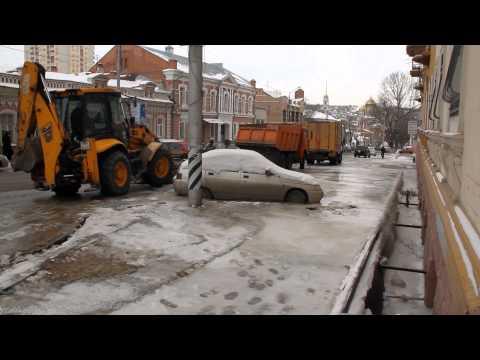 Саратов. Автомобиль примёрз к дороге