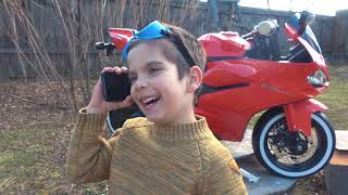 Андрей катается на эвакуаторе, ремонтирует детские машинки и трактор