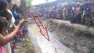Hút nước tưới ruộng ngờ đâu vớ phải cá rồng đuôi đỏ khổng lồ khiến cả làng quỳ lạy