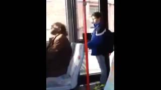 Mann führt extremst Selbstgespräche im Bus .. !!