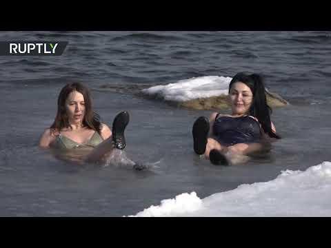 نساء روسيات يقمن بالغطس والسباحة في مياه بحر اليابان المتجمد بفلاديفوستوك  - 11:54-2019 / 2 / 19