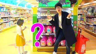 Boram brincam de esconde-esconde em uma loja de brinquedos