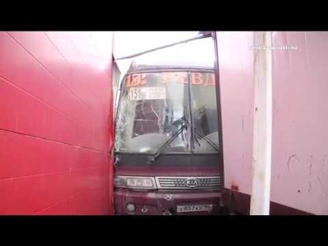 В Ревде автобус врезался в торговый центр. Видеосюжет