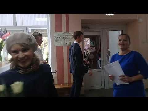 Омутнинск. Одиннадцатиклассники подарили учителям розы