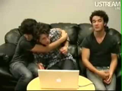 Joe Hugging And Tackling Nick - Jonas Brothers Live Chat (05/28/2009) AWW CUTE!