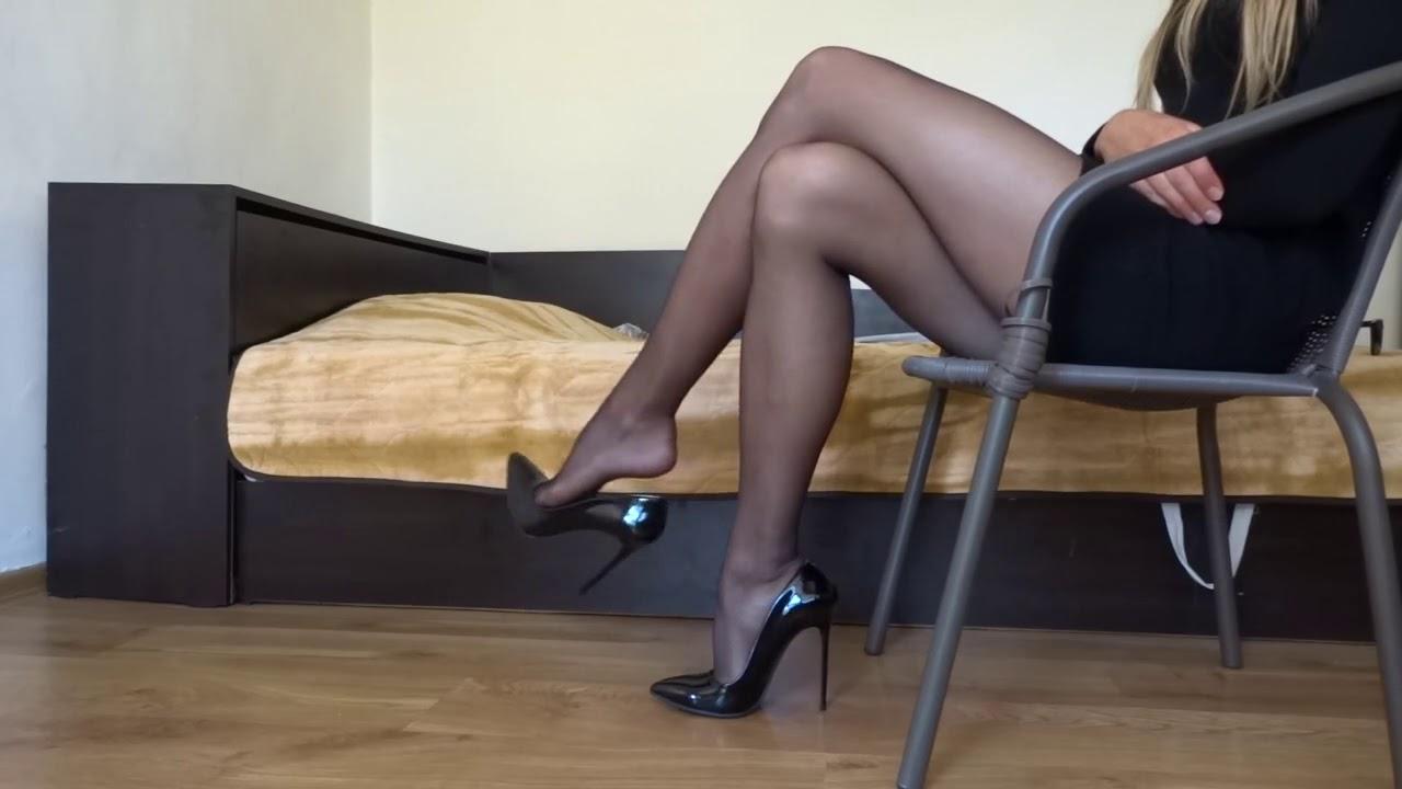 видео перед в камерой женщина колготках мастурбирует
