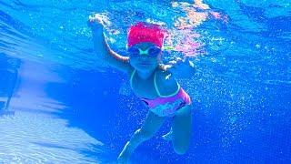 Видео для детей как плавать в бассейне / Оливия Влог еще ребенок а уже ныряет в детский бассейн