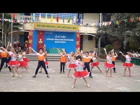 học sinh lớp 2B Trường tiểu học liên macjnhayr dân vũ chào mừng ngày 26/3/2013