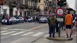 Torino, rivolta in strada contro la polizia che stava arrestando due rapinatori