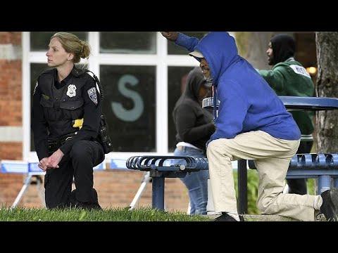 شاهد: رجال الشرطة يقدمون تحية احترام للمتظاهرين الغاضبين  في نيويورك…  - 23:59-2020 / 6 / 1