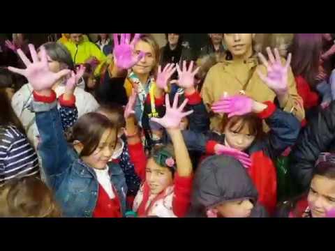Manos levantadas contra el cáncer de mama en A Ferrería