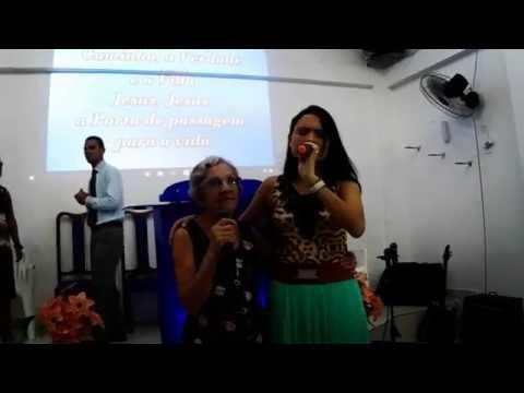 Amanda Vasconcellos louvando a Deus com sua avó Nilza.