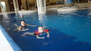 Четыре мои девочки резвятся в бассейне.