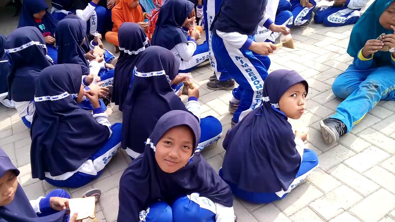 Makan bersama di Lapangan GDM MI Muhammadiyah Debong Wetan ...