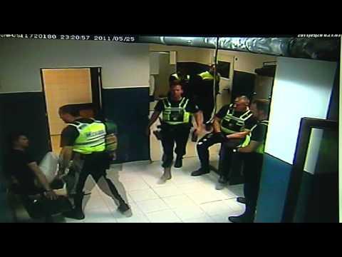 Un policía Local de Palma pega dos patadas en la cara a un detenido esposado